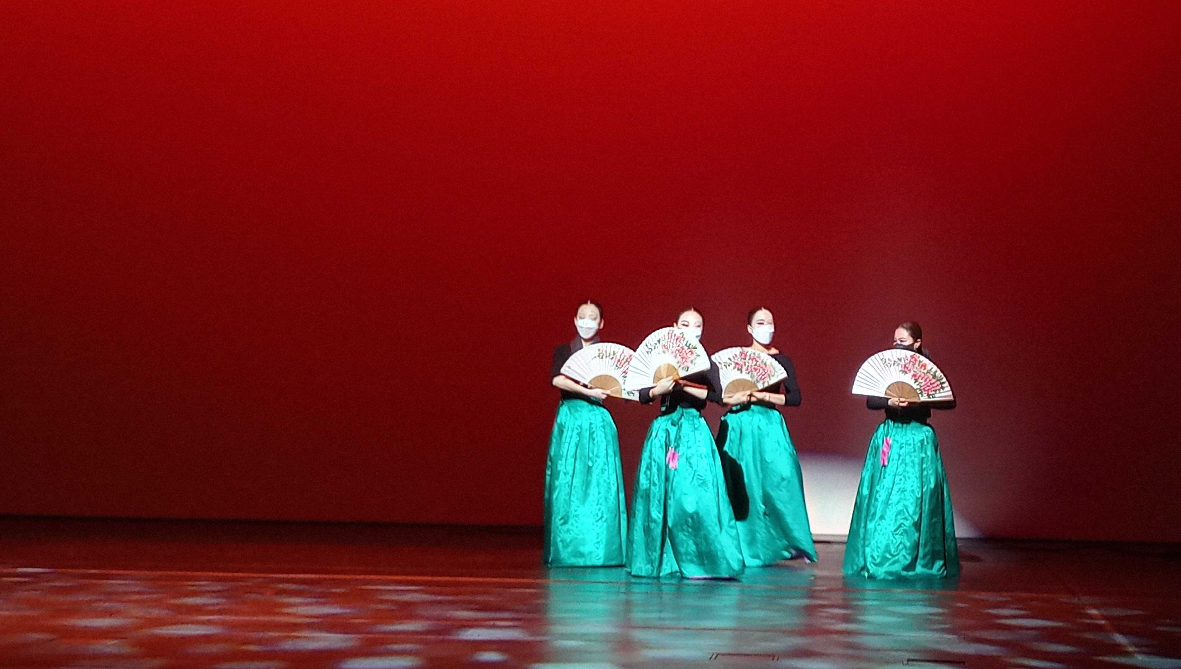 Robert Juliat Arthur spreads it even beam on Korean Dance Addicts' production of HoJeopmu ('the dance of the butterfly in the flower garden')
